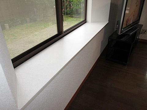 出窓カウンターの表面が剥がれていたので、ビニールシートを貼り見栄え良く綺麗に仕上げることが出来ました。