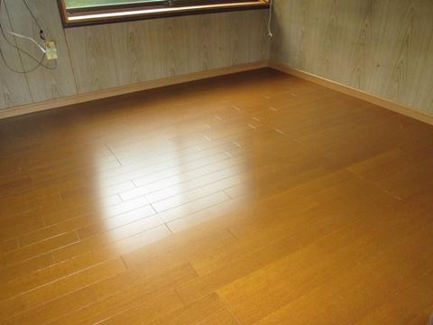 洋室と廊下の床修繕とフロアー張りをしました。