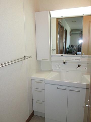 洗面化粧台を、TOTO「サクア」に取替えました。サイドキャビネットは以前の物を再利用し、側面の壁にアイカセラールを貼りお手入れし易くなっています。