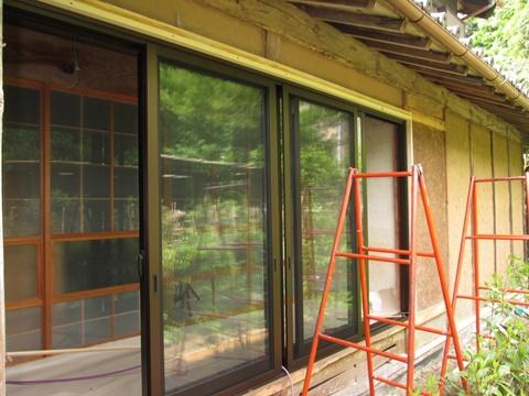 木製の窓が使いづらくなって居たので、今回、アルミサッシに取替える事になりました。既設の内法に合せオーダーで製作しました。
