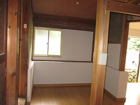 使用しなくなった浴室部分を解体して、物置の一部としました。また、木製窓をアルミサッシに取替気密性をアップしています。