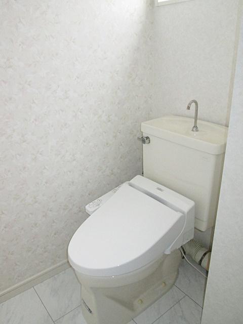 2階トイレは床を耐水フロアーに変更し、壁・天井のクロスを貼り替えました。ホワイトを基調に、明るい空間に生まれ変わりました。便器は既設を利用し、便座を温水洗浄タイプに替えています。