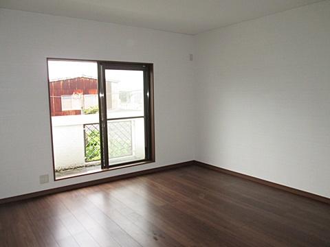 2階寝室はカーペット敷きから、お掃除の楽なフロアーに変更し、傷んでいたサッシ額縁も綺麗に取り替えられました。