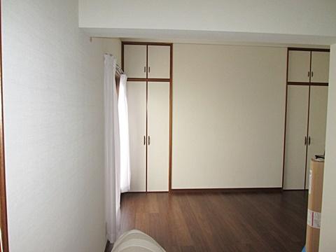 2階洋室のリフォームが完了しました。床の色が濃い為、落ち着いた印象の部屋に生まれ変わりました。