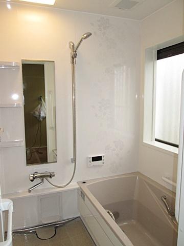 在来の浴室からユニットバスに変更。タカラ製のシステムバスで、既設のスペースに合せぴったりサイズでオーダー出来、無駄なく空間を利用します。