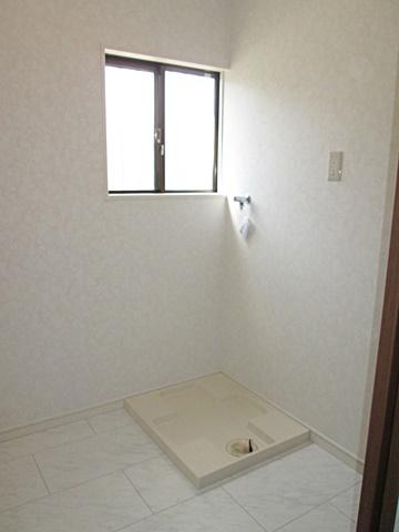 脱衣・洗濯室が完成しました。ホワイトを基調に明るい空間となりました。