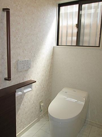 トイレは、TOTOの「ネオレストDH1」を選定されました。最新のタンクレストイレでコンパクトでお手入れし易く、機能も充実しています。また、収納と手摺を設け安全面も考慮しています。