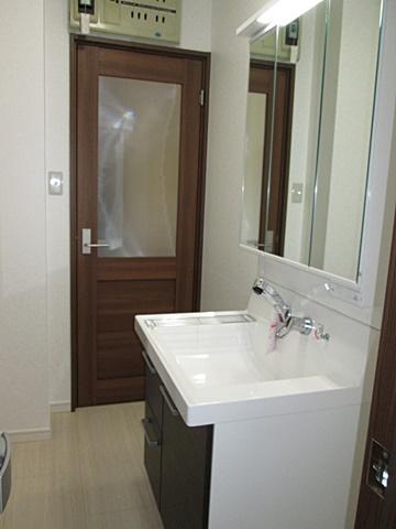 洗面化粧台は、LIXILの「洗面化粧台 ピアラ」を取り付けました。大きな洗面ボールで使い易くなっています。