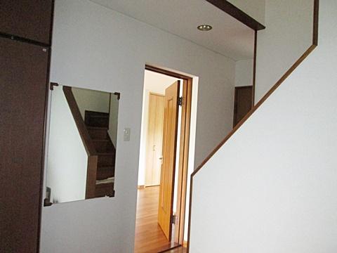 2階の廊下・階段室とともに、玄関ホールの壁、天井のクロスも貼り替えました。