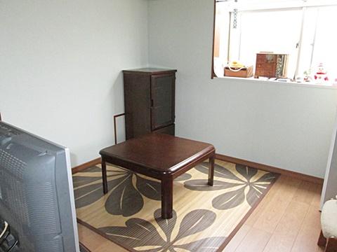 居間は、床の増し張りと壁のビニールクロスを貼り替えました。爽やかな色合いの空間になりました。