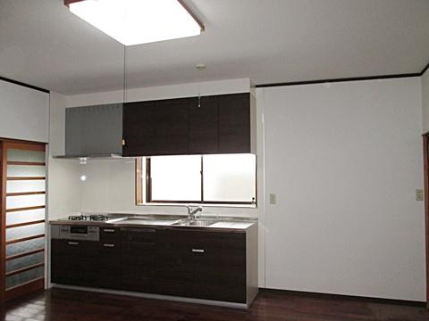 システムキッチンは、落ち着いた色合いで重厚感のあるものを選定。また壁・天井のビニールクロスを真新しい白のものに貼り替え、洗練された雰囲気となりました。