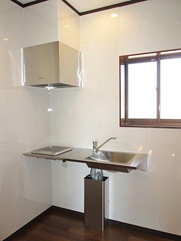 2階のミニキッチンは、ステンレス製でお洒落な物が取り付けられました。廻りの壁は不燃化粧板でお手入れし易くなっています。