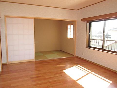 2階の6帖のお部屋が押入と廊下を取り込み、10帖一間の居間として生まれ変わりました。奥の納戸は、和室としてくつろぎの空間としました。