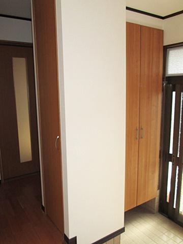 離れのリフォームで、玄関ホールに使い勝手に応じた3箇所の収納を設けました。出入口横に下駄箱、中央の物入れは洋服入れになっています。