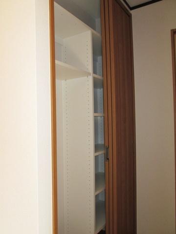 玄関ホール奥には、掃除道具や小物が入る収納としました。