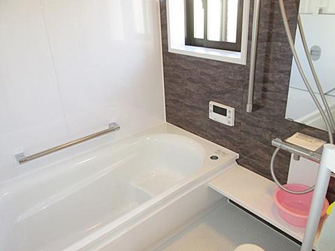 浴室は以前より広くなり、ゆったりとくつろげる空間となりました。また、手摺や乾燥暖房機を備え快適・安全にご利用頂けます。