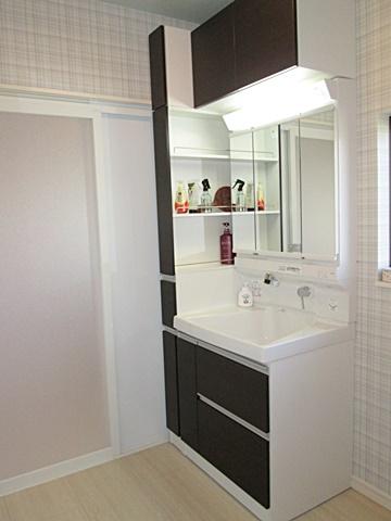 洗面化粧台は、大きな洗面ボールと収納がタップリと設けられとても使い易くなりました。ホワイトを基調にした内装で明るく清潔感の有る空間になりました。