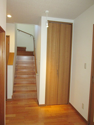 玄関ホールに収納を設け、階段を架け替えました。段数を増やして勾配を緩くし、手摺りを取付安全にご利用頂けるようになりました。