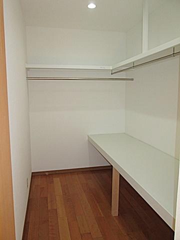 キッチンの横にウォークインクローゼットを設けました。奥行2.7m有るのでたくさんの洋服が収納できます。