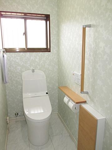 母屋のトイレは淡いグリーン系のクロスで、爽やかな個室に生まれ変わりました。手すりも取り付けて安全性にも配慮しました。