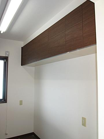 キッチン裏の吊戸棚を新しい物に取替えました。