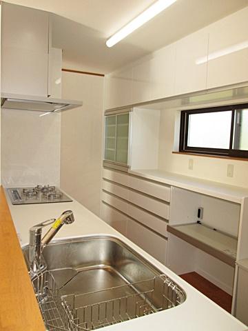 最新のシステムキッチンと大きなカップボードが備えられ、使い易さと充実した機能で素敵なキッチンに生まれ変わりました。