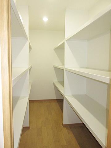 2階の納戸には棚が設けられ沢山の収納が行えます。