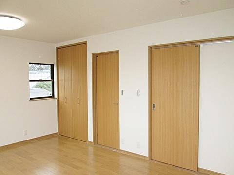 2階の洋室は将来2部屋に出来る様、ドアを2箇所付けました。