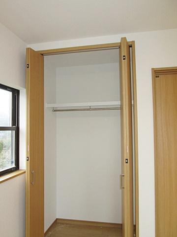 クローゼットは大きな扉で、上の棚も楽に使えます。
