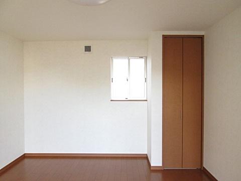 10帖の洋室にクローゼットが付き、シンプルで使い易いお部屋になりました。