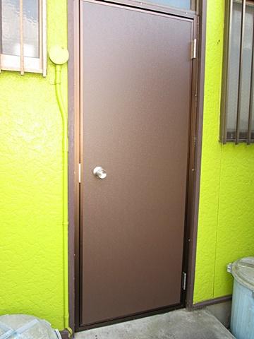 勝手口のドアを取り替えました。