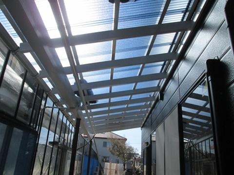 劣化したテラス屋根の貼り替えは、遮熱タイプのポリカーボネートを使用し、明るさのみを取り入れることができるようになりました。