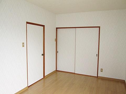 2階の子供室が完成しました。カーペットからフロアーにした事で、お手入れが簡単になりました。ビニールクロスも貼り替え、明るいお部屋に生まれ変わりました。