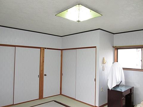 2階寝室の完成です。壁と天井のビニールクロスが新しくなり、綺麗で明るいお部屋になりました。