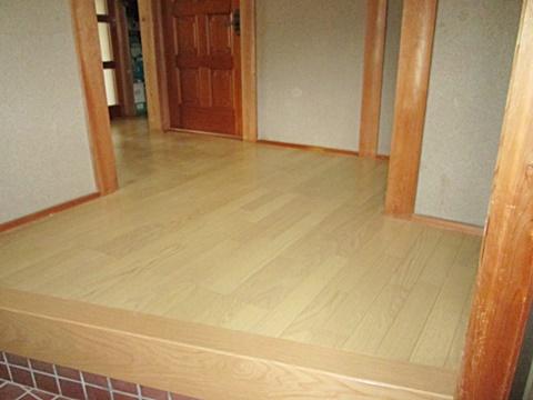 玄関ホールは、張り増しで2重張りの丈夫な床になりました。