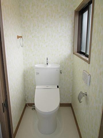 2階トイレのリフォームも行いました。床、壁、天井とも新品になり可愛らしい雰囲気の個室に生まれ変わりました。トイレもお手入れが楽で、使い易い物に交換しました。