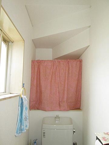 トイレの壁・天井クロスを貼り替えました。ホワイト色で明るい個室に生まれ変わりました。