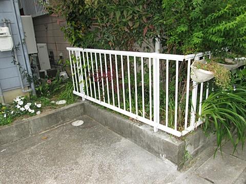 また、追加工事でフェンスを補修しました。グラグラしていたので、支柱を入れ直して、しっかり固定しました。