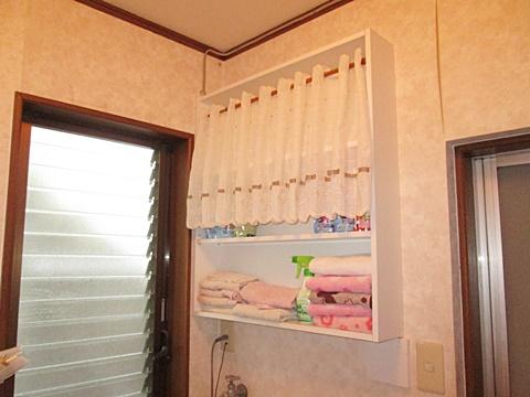 洗面所に収納棚を取り付けました。タオルや小物が置け、とても便利になりました。