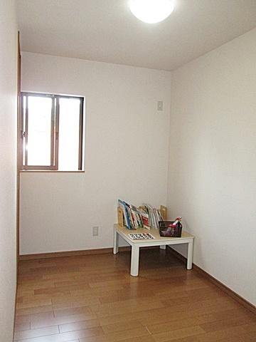 2階洋間(北)です。間仕切で南側の部屋と区切り、独立性を持たせました。