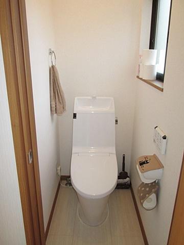 2階に新たにトイレを新設しました。相見積もりの他社様では「2階にトイレ新設は無理」とのことでしたが、弊社では半額で済みました。1階同様シンプルで使い易くなっています。