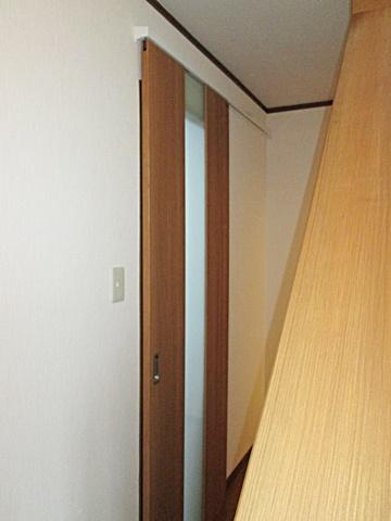 居間のドアを開き戸から引戸に変更しました。開け放しても建具が邪魔になりません。