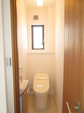 タンクレスでスッキリとしたトイレに生まれ変わりました。自動水洗の手洗いが付いて使い勝手も良くなっています。