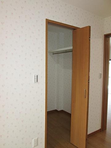 両側に棚板とハンガーパイプを取付、多くの収納が可能となっています。