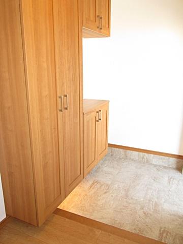 玄関です。大きな玄関収納が付き、多くの靴が収納できます。下の間接照明がお洒落です。