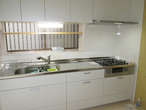 キッチンと洗面所、玄関ホールのリフォームを行いました。