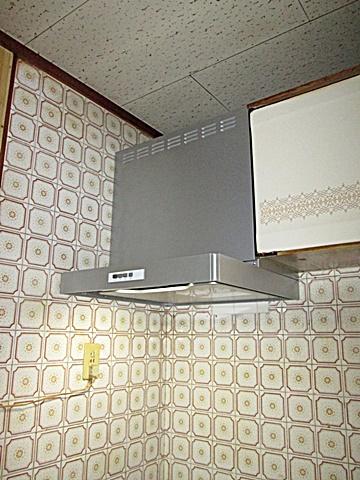 キッチンの換気扇が古くなっていたので今回、取り替える事になりました。シロッコファンなので排気効率が良くなっています。