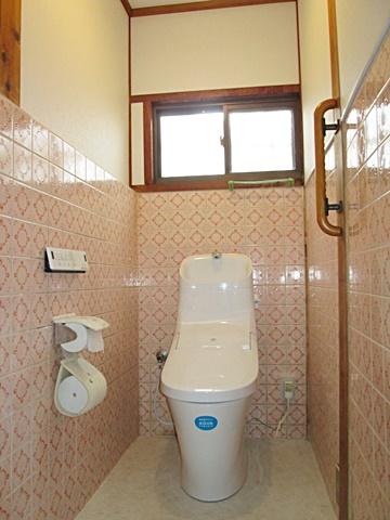 またトイレは最新のシャワートイレに取り替え、床をクッションフロアーとし、タイル貼り以外の部分をクロス仕上げとしました。