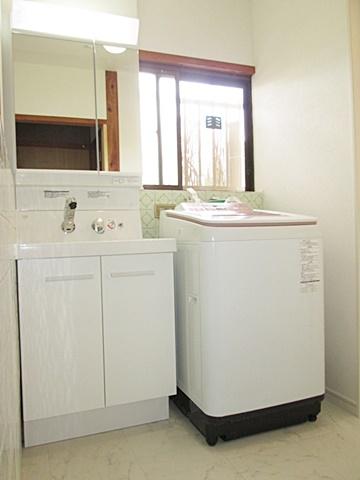洗面所は床と壁・天井の内装をホワイト基調年、新しい洗面化粧台を設置。使い勝手がぐんとアップしました。