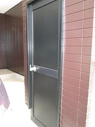 ドアパネルを吹付け塗装で仕上げました。塗りムラが無く綺麗な仕上りです。